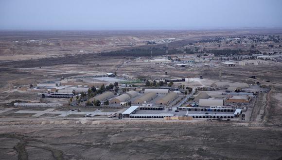 Esta foto aérea de archivo del 29 de diciembre de 2019 tomada desde un helicóptero muestra la base aérea de Ain Al Asad en el desierto occidental de Anbar, Irak. (AP/Nasser Nasser).
