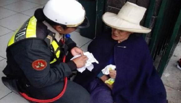 La noble acción de una oficial con una anciana