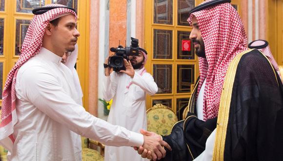 """El príncipe heredero de Arabia Saudita, Mohamed bin Salman, recibe a Salah bin Jamal Khashoggi, uno de los hijos del periodista saudí Jamal Khashoggi, para transmitirle personalmente sus """"condolencias"""". (Foto: EFE)."""