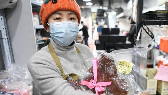 Liu es la voluntaria que trabaja a diario con kilos de carne en Wuhan, en el centro de China, para dar comida gratuita a trabajadores médicos que luchan contra el coronavirus. (Foto: Xinhua)