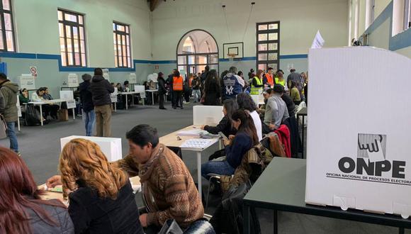 Imagen referencial. Un grupo de peruanos participa de las elecciones parlamentarias de 2020 en Roma, Italia. (Foto: Cancillería)