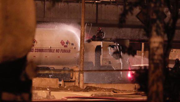 Camión cisterna que transportaba gas impactó contra el viaducto de la Línea 1 del Metro de Lima, a la altura de la estación Atocongo, y ocasionó una fuga. (Foto: Ángela Ponce/GEC)