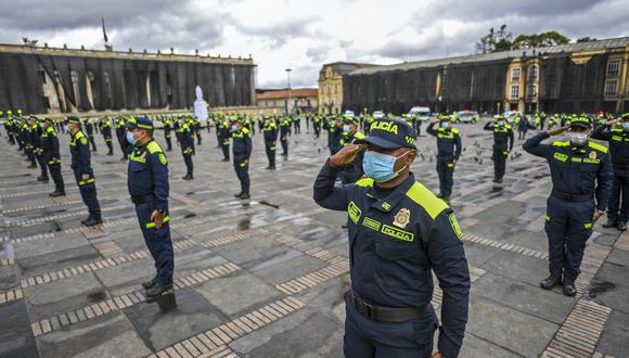 Miembros de la Policía Nacional asisten a una ceremonia de presentación de nuevos uniformes en la plaza Bolívar de Bogotá el 19 de julio de 2021.  (Foto: Juan BARRETO / AFP).