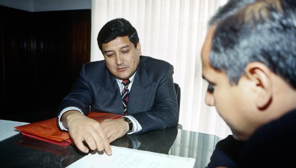7 de noviembre de 1995: Fernando Zevallos, propietario de la aerolínea AeroContinente es entrevistado por el periodista Miguel Ramírez, de la Unidad de Investigación de El Comercio. FOTO: LUIS LAOS / EL COMERCIO