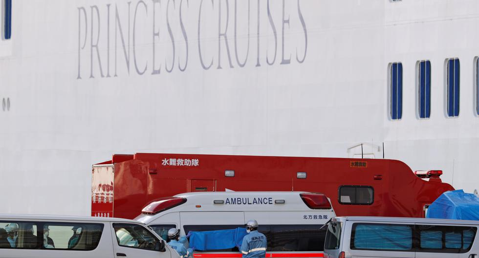 El hombre fue trasladado del barco a un hospital local después de haber sido diagnosticado positivo del COVID-19. (Foto: Reuters).