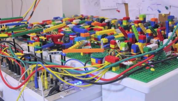 Vea la maquina hecha con piezas de Lego capaz de hacer música