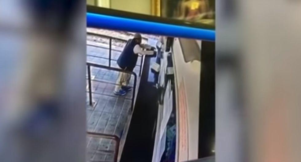 Un trabajador de lugar hallaría el cuerpo sin vida de Anan frente al baño de la boleteria (Foto: Captura de pantalla/ Youtube)