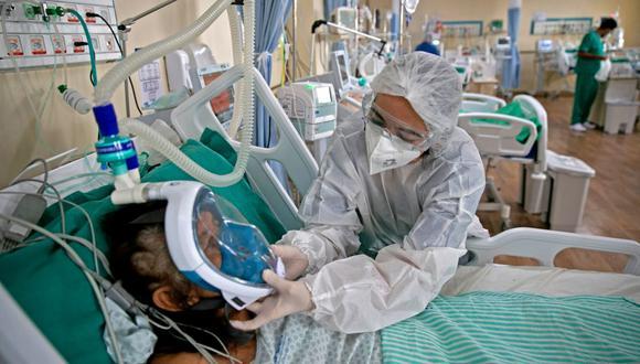 Una trabajadora sanitaria atiende a un paciente de coronavirus COVID-19 en el Hospital Regional Dr. Abelardo Santos en Belem, estado de Pará, Brasil. (Foto de TARSO SARRAF / AFP).