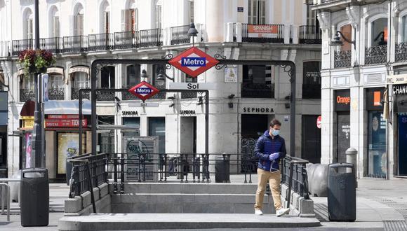 Un hombre con una máscara facial sale de la estación de metro en la plaza Puerta del Sol, en Madrid, España, el 1 de abril de 2020, durante un cierre nacional para evitar la propagación del nuevo coronavirus. (JAVIER SORIANO / AFP).