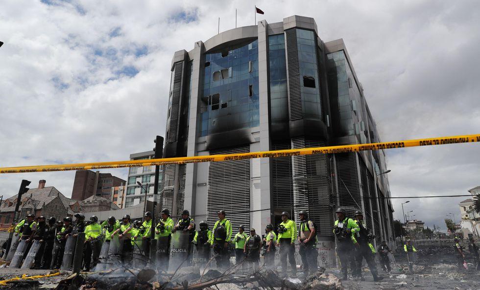 AME9172. QUITO (ECUADOR), 13/10/2019.- Decenas de policías rodean este domingo el edificio de la Contraloria ecuatoriana, que fue tomada y atacada ayer por manifestantes. (EFE/ Paolo Aguilar).