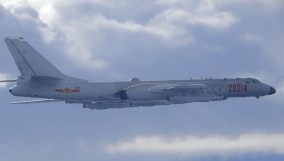 En esta imagen difundida por el ministerio de Defensa Nacional de Taiwán se ve un bombardero H-6 del Ejército de Liberación Popular chino que vuela cerca de la zona de identificación de defensa aérea de Taiwán, el viernes 18 de septiembre de 2020. (Taiwan Ministry of National Defense via AP).
