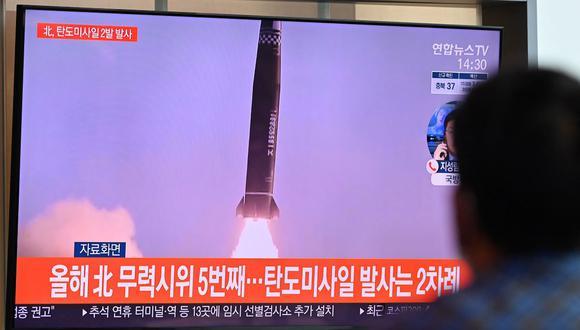 Un hombre mira una transmisión de noticias de televisión que muestra imágenes de archivo de una prueba de misiles de Corea del Norte, en una estación de tren en Seúl el 15 de septiembre de 2021. (Jung Yeon-je / AFP).
