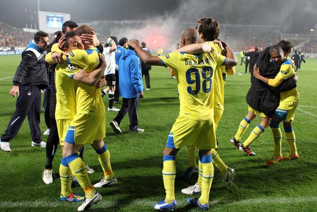 Los jugadores del APOEL celebran tras ganar su partido de la UEFA Champions League contra el Olympique Lyonnais (Lyon) en el GSP Stadium de la capital chipriota, Nicosia, a principios del 8 de marzo de 2012. AFP FOTO / JACK GUEZ (Foto: JACK GUEZ / AFP)