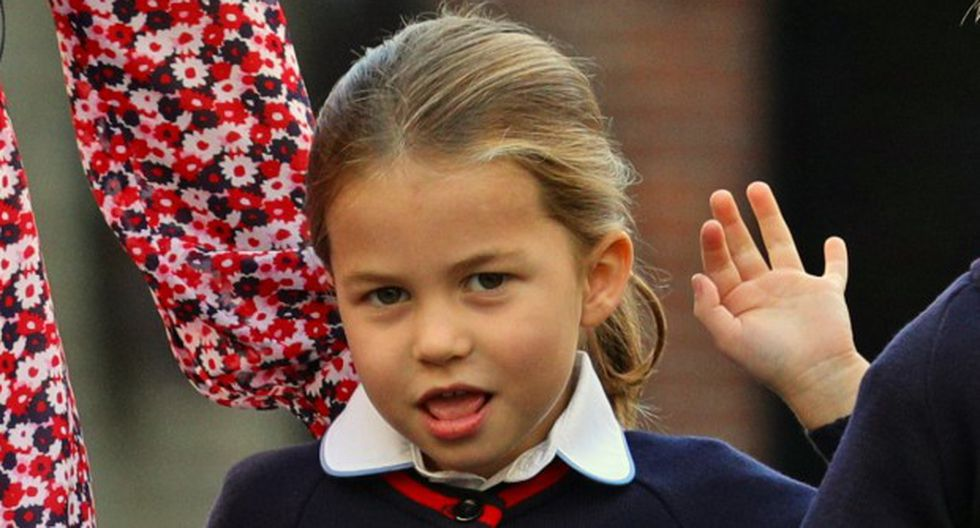 Charlotte saludó a los medios de comunicación que acudieron a cubrir su primer día de escuela. (AFP)