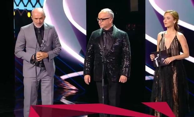 Carlos Alcántara presentó el trofeo al Premios Platino junto a Juan Carlos Arciniegas. (Foto: Captura de pantalla)