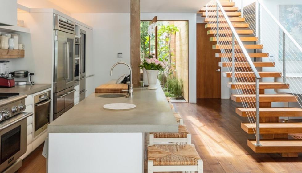 La cocina cuenta con una isla que funciona como una barra y área de trabajo. Los electrodomésticos son de acero inoxidable y, además, se acondicionaron gabinetes hechos a medida. (Foto: Difusión)