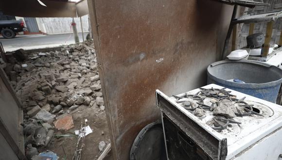 Parte de los techos cedió frente al temblor en Mala. (César Campos)
