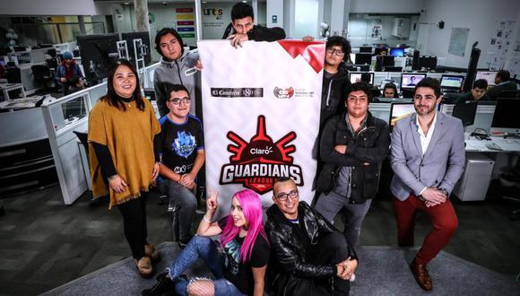 Juan Diego García (derecha) estuvo en El Comercio junto jugadores e influenciadores del Claro Guardians League. Al lado izquierdo, está Claudia Kanashiro, representante de este Diario. (Foto: Alessandro Currarino)