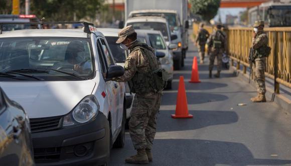 Militares verifican que se cumplan las restricciones de transporte y movilidad mientras dura el estado de emergencia por coronavirus. (Anthony Niño de Guzman /GEC)