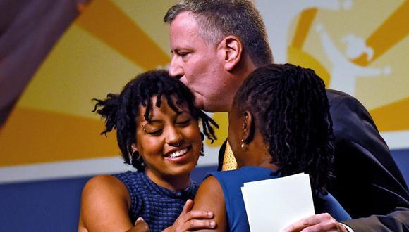 Bill de Blasio junto a su hija Chiara y su esposa Chirlane McCray. (Foto: Patrick Smith/Getty Images/AFP)