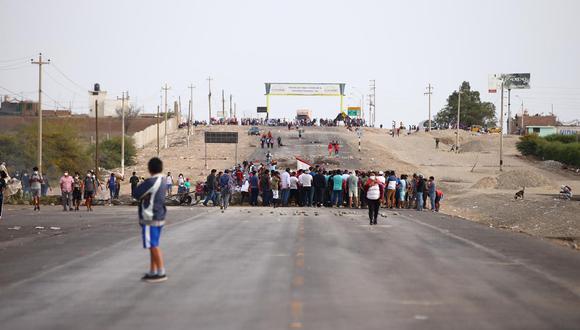 Al no llegar a un acuerdo, los pobladores de Ica continúan con el bloqueo de la vía. (Foto: Hugo Curotto / @photo.gec)