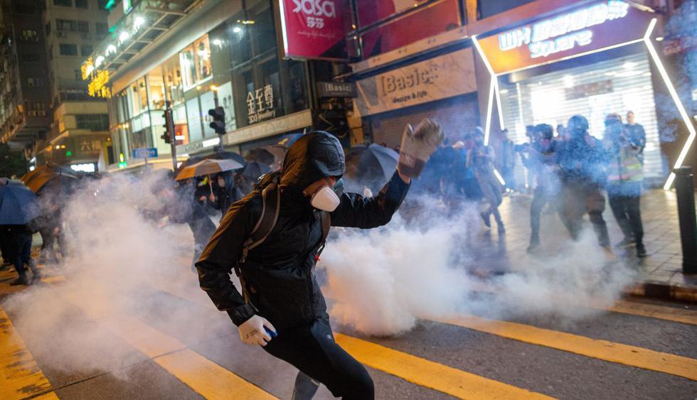 La policía usó gas lacrimógeno y gas pimienta en el barrio de Mong Kok. (Foto: EFE)
