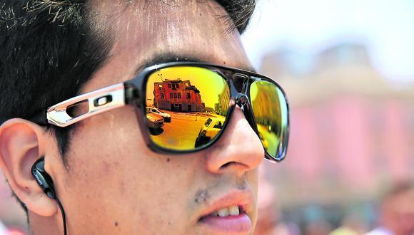 Lima, octubre de 2014. Un joven observa el panorama tras el incendio que destruyó uno de los edificios emblemáticos que rodean la plaza Dos de Mayo en el centro histórico.  [Foto: Alonso Chero / Archivo]