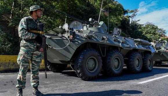 Un miembro de la milicia bolivariana participa en ejercicios militares para la 'Operación Escudo Bolivariano 2020' en la distribuidora Metropolitana de Caracas. (Foto: Federico PARRA / AFP).