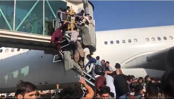 Los afganos desesperados pugnan por abordar un avión en el aeropuerto de Kabul que los saque de Afganistán ante el triunfo de los talibanes. (Captura de video).