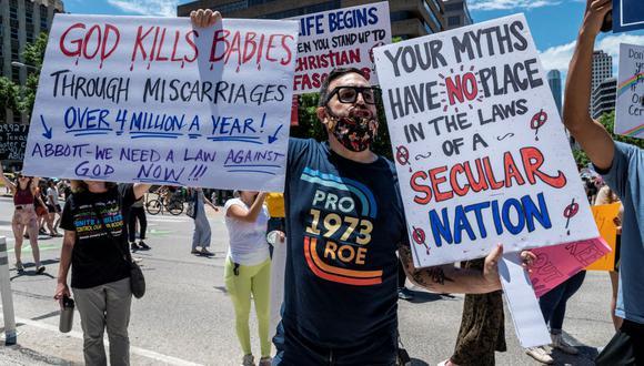 Manifestantes marchan por Congress Ave en una protesta frente al capitolio del estado de Texas el 29 de mayo de 2021. Una ley de Texas que prohíbe el aborto después de seis semanas, y no hace ninguna excepción por violación o incesto, entró en vigencia el 1 de septiembre de 2021. (SERGIO FLORES / GETTY IMAGES NORTH AMERICA / AFP).