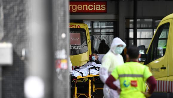 Un hombre con una máscara facial es llevado al hospital de La Paz en Madrid. El número de muertos por coronavirus en España aumentó a 2.182 después de que 462 personas murieran en 24 horas. (AFP / PIERRE-PHILIPPE MARCOU).