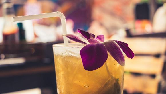 Ya sea como decoración o insumo, las flores le dan otro estilo a los cócteles. (Foto: nextvoyage / Pixabay)