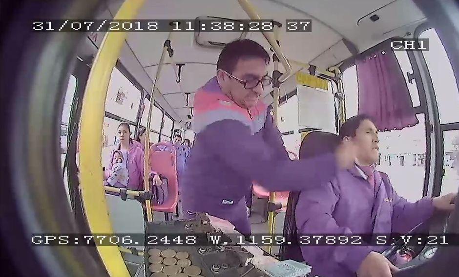 El pasajero, que aun no ha sido identificado, golpeó reiteradamente al conductor porque no le permitió bajar en un paradero informal. (Foto: Facebook)