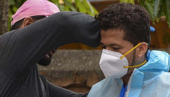 Un trabajador médico se prepara para atender pacientes en Mumbai, India. (Foto: INDRANIL MUKHERJEE / AFP)