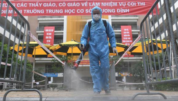 Un trabajador de la salud desinfecta una escuela secundaria como parte de las medidas para detener la propagación del coronavirus COVID-19 en Vietnam. (Foto de Nhac NGUYEN / AFP).