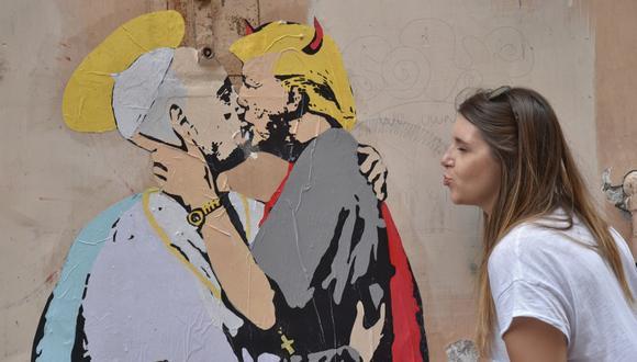 Un beso entre el papa Francisco y Trump aparece pintado en Roma