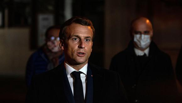 El presidente de Francia, Emmanuel Macron, se hizo presente en el lugar de los hechos donde un profesor fue decapitado. (Foto: AFP)