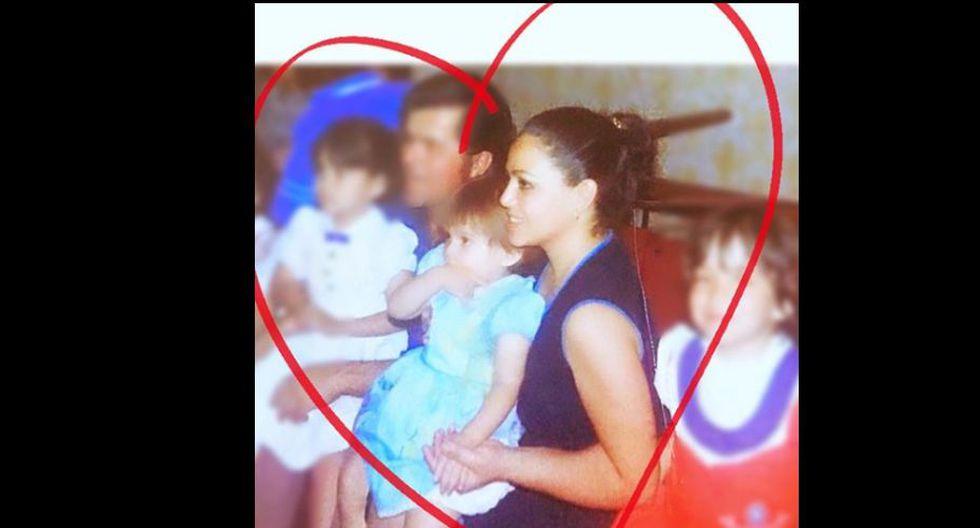 En una foto del recuerdo, en los brazos de su madre. (Foto: instagram)