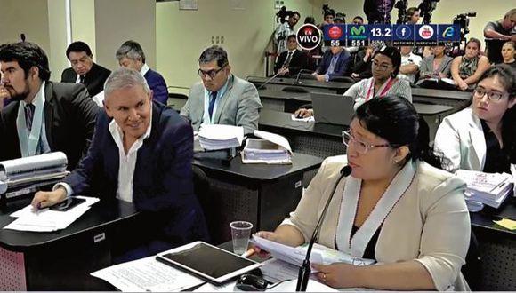 En diferentes momentos de la audiencia de ayer, Luis Castañeda fue captado sonriendo y haciendo gestos mientras la fiscal exponía el pedido de prisión. La jueza le llamó la atención. (Imagen: Captura de TV)