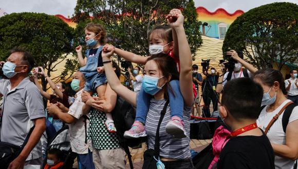 Los visitantes usan máscaras mientras ven una actuación durante el día de reapertura del icónico parque temático Ocean Park, luego del brote de la enfermedad por coronavirus en Hong Kong. (Foto: REUTERS / Tyrone Siu).