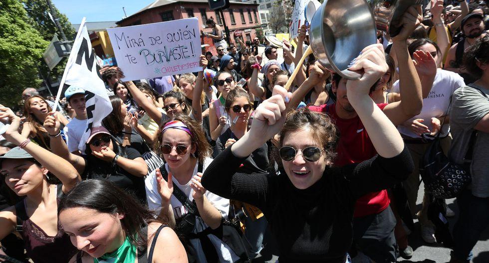 Cientos de personas se manifiestan durante una jornada de protestas este lunes en Santiago. (EFE/Elvis González).
