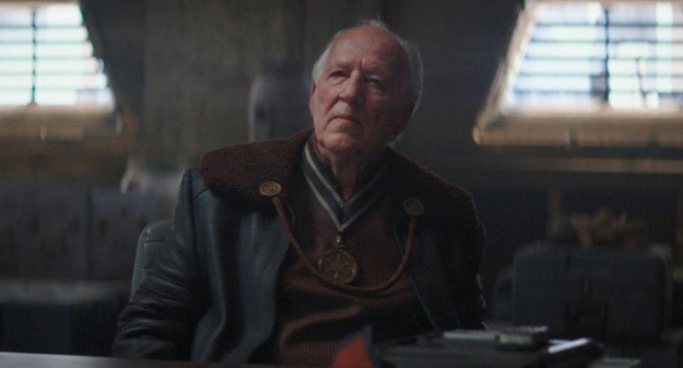 """El director de cine Werner Herzog, siniestro como pocos, tiene más de funcionario quede señor Sith en """"The Mandalorian"""". (Fuente: : Disney+)"""