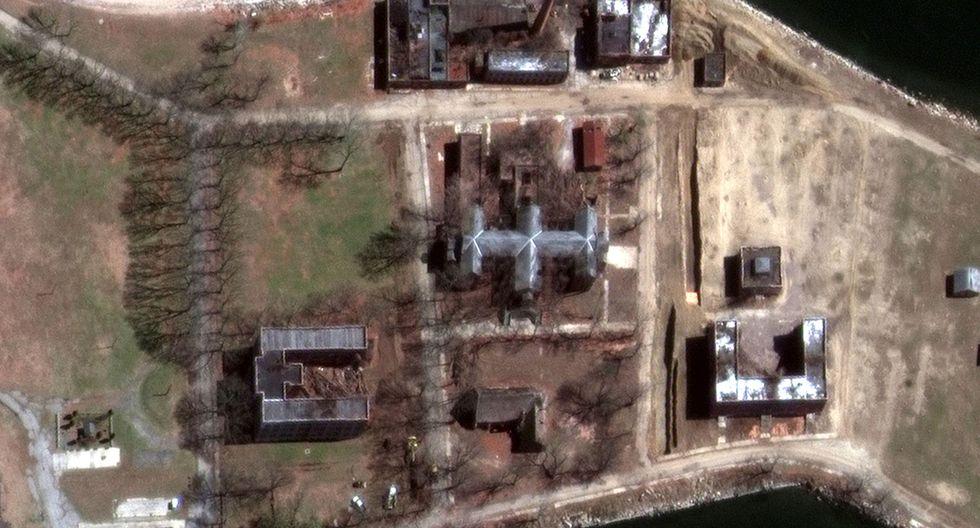 Una imagen satelital muestra una nueva excavación que se está realizando en  Hart Island de Nueva York, donde enterrarán fallecidos por coronavirus de menos recursos. (Foto: Reuters/Maxar Technologies)