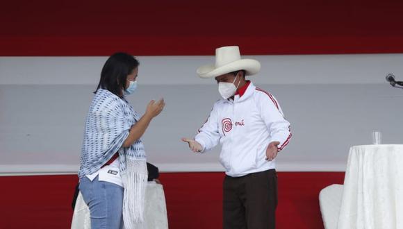 Un choque de puños y un breve diálogo selló la confrontación de ideas entre Castillo y Fujimori. Según comentó esta última, le dijo a su rival que lo esperaba en los próximos debates organizados por el JNE. (Foto: Hugo Pérez)