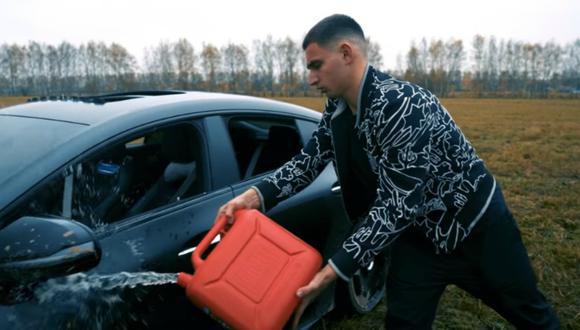 Mijaíl Litvín decidió incendiar su auto de lujo tras decepcionarse con el servicio técnico. (Foto: ЛИТВИН / YouTube)