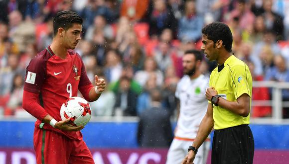 El réferi Fahad Al Mirdasi cobró un penal ayudado por el VAR, pero André Gomes lo falló en el México ante Portugal. (Foto: AFP)