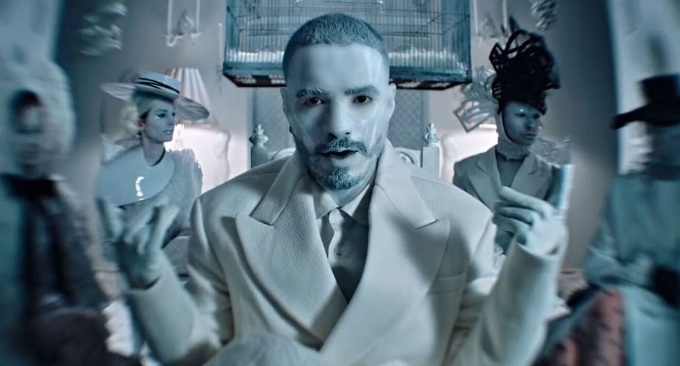 "Captura del videoclip del tema ""Blanco "", interpretado por J Balvin. (YouTube)"