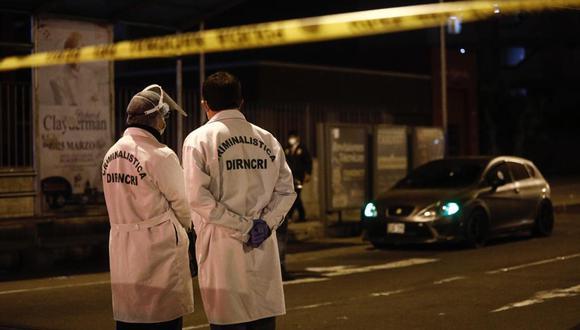 Peritos de criminalística observan el vehículo deportivo en el que desplazaban Jordan Mendo y su sobrino de 13 años. (Foto: GEC)