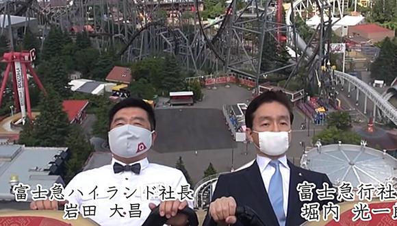 Dos directivos del parque Fuji-Q Highland dando un paseo en una montaña rusa, en total silencio y con mascarilla. (Foto: Captura/Fuji-Q Highland Official富士急ハイランド公式)