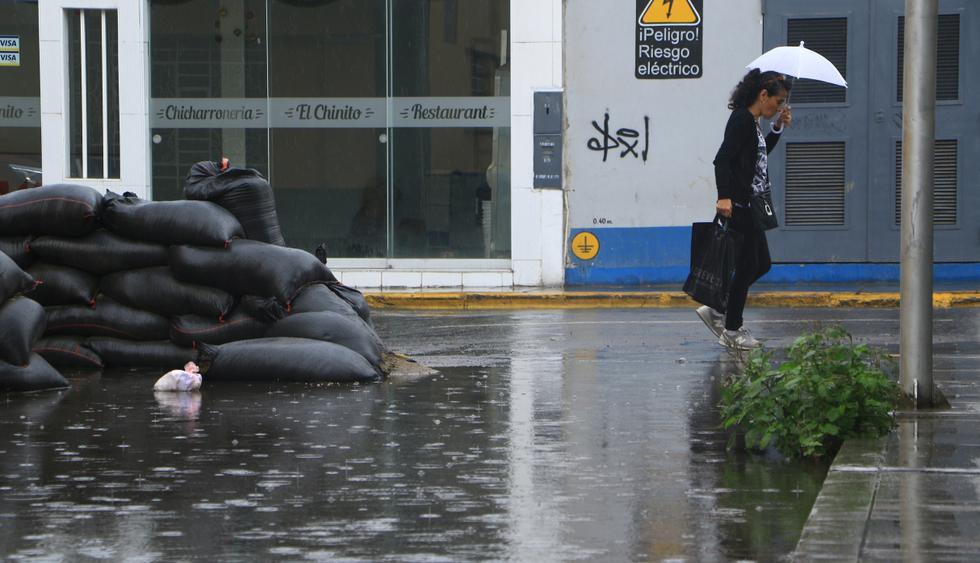 Tras una moderada lluvia en la madrugada, entre las 8:30 y 10:30 a.m. las calles de la ciudad volvieron a anegarse por la caída de una nueva precipitación pluvial. (Foto: Johnny Aurazo / El Comercio)